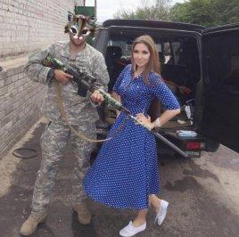 Болбат продолжает поставлять помощь киевским карателям. В своем блоге она позирует с боевиком, которому за счет сбора пожертвований приобретен глушитель на оружие.