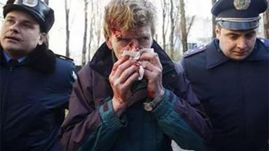 Photo of Милиция задержала двух человек, которые бросили бутылку с красной краской в памятник Ленина