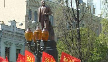 Photo of Памятник Ленину на Бессарабской площади в Киеве облили краской