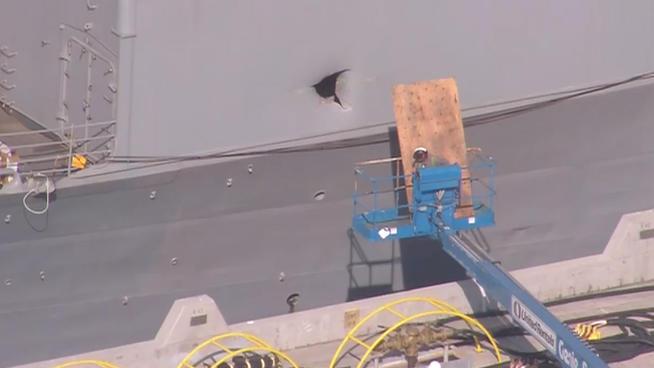 Повреждение от попадания ракеты-мишени в борту ракетного крейсера Chancellorsville