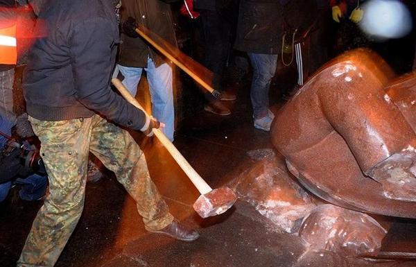 Майдаунные обезьяны крошат памятник В.И.Ленину. После этой дебильной акции - число сторонников протеста стало уменьшатся