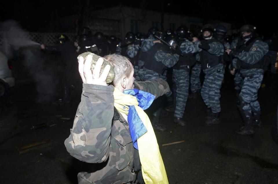 Злобный Беркут опять преступно защищается от мирных митингующих и расстраивает спонсоров... ой... иностранных послов.