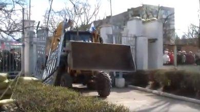 Photo of Вежливый трактор обнял украинский БТР в Перевальном