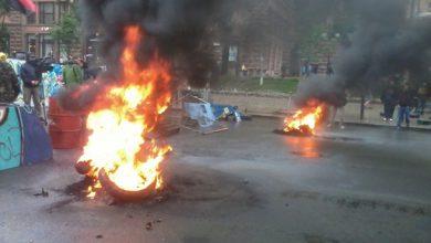 Photo of На Майдане снова бросают коктейли Молотова и жгут шины