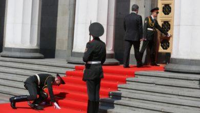 Photo of Порошенко отправил на фронт солдата потерявшего сознание на инаугурации?