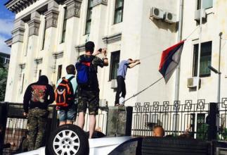 Photo of «Правый сектор» громит посольство РФ в Киеве