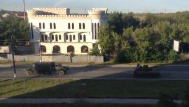 Photo of К Луганску движется колонна танков, БТРов и грузовиков с флагами России и Крыма