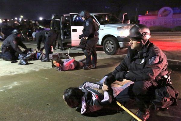 Американские полицаи терроризируют мирных протестующих активистов