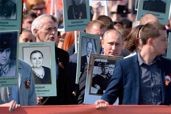 Владимир Путин в строю Бессмертного полка с портретом своего отца