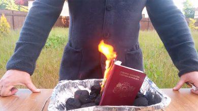 Photo of Латвийский политик сжег паспорт, протестуя против ущемления прав русских