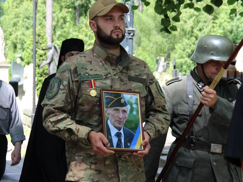 С воинскими почестями хоронят эсэсовца из дивизии «Галичина»