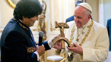 Photo of Папа Римский получил в подарок распятие на серпе и молоте
