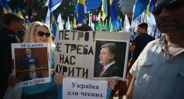 Украинские нацисты бросили в милицию боевую гранату