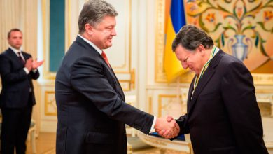 Photo of Порошенко наградил орденом Жозе Баррозу за содействие путчистам и развал Украины