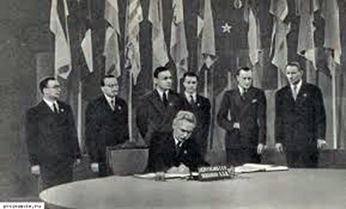 Дмитрий Мануильский подписывает соглашение об образовании ООН от имени УССР