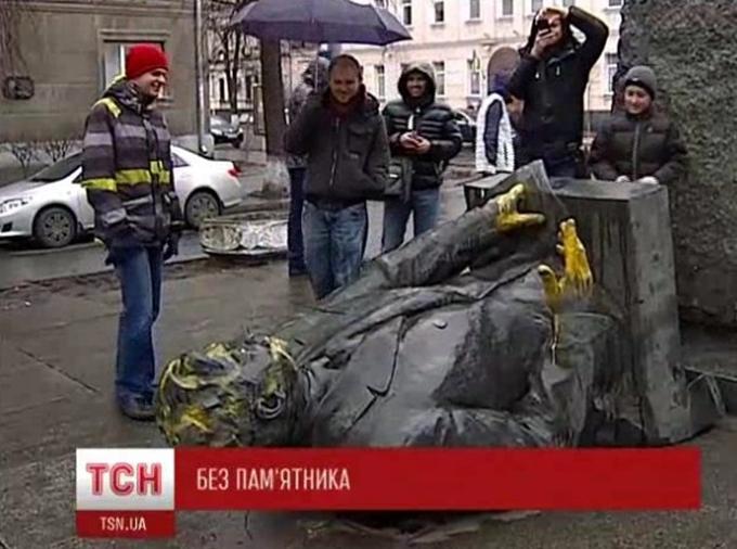 На волне евромайданного переворота в Киеве уничтожили памятник основателю ООН Дмитрий Мануильскому, а по т.н. закону о декоммунизации его запрещается восстанавливать