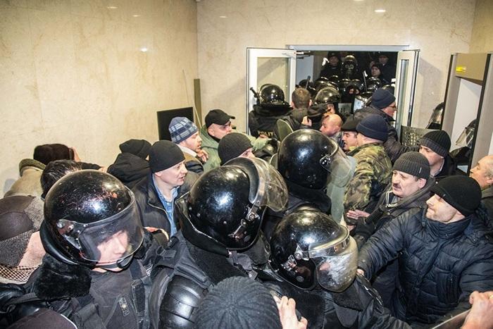 Возмущённые мошеннической сменой правительства, молдаване ворвались в здание парламента