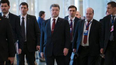 Photo of Порошенко брешет в Давосе, Сурков инспектирует Донбасс