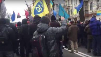 Photo of Люди в Киеве вымещают свою злость за низкий уровень жизни на тех, кого безопасно бить