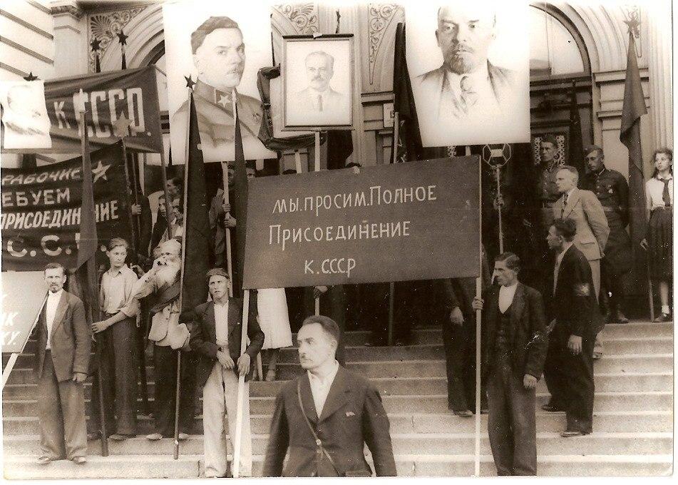 Граждане Латвии требуют присоединения к СССР. Фото 1940 года.