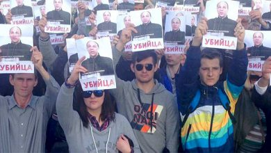 Photo of Одесситы вышли с плакатами: «Парубий убийца»