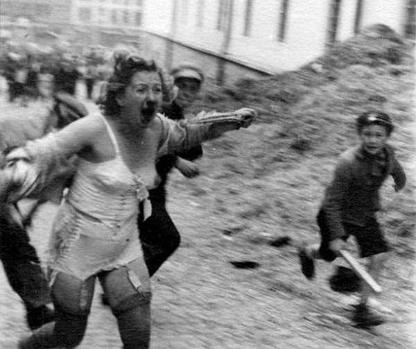 Бандеровские боевики осуществляют погром во Львове. 1941 год.