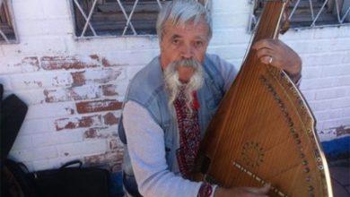 Photo of Украинский бандурист и певец майдана поёт за рубли на рынке Керчи