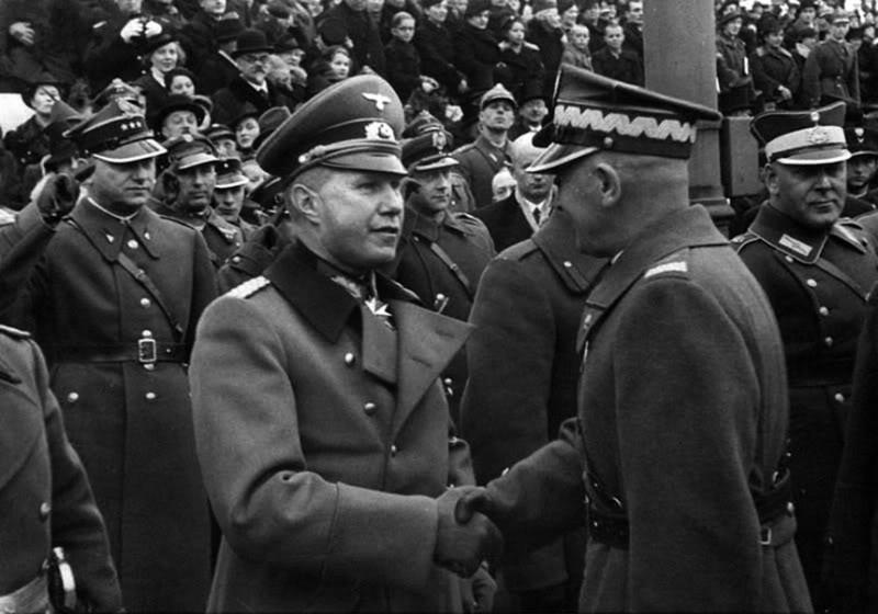 рукопожатие польского маршала Эдварда Рыдз-Смиглы и немецкого атташе генерал-майора Богислава фон Штудница
