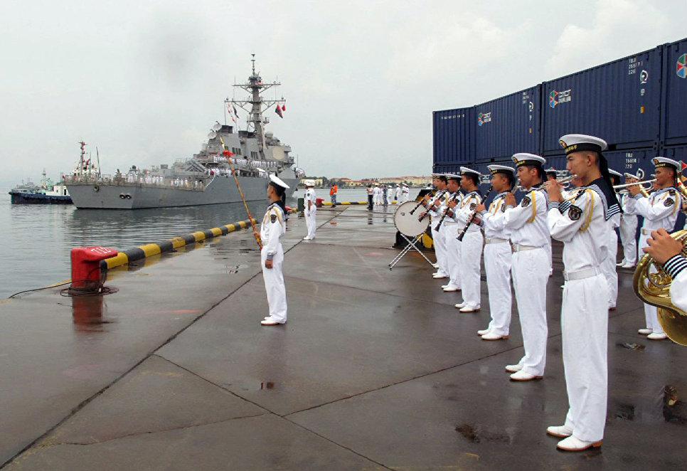 Американский эсминец USS Benfold в порту китайского города Циндао