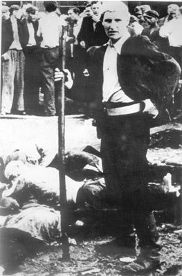 Убийца литовской национальности с ломом, которым он убивал своих жертв.