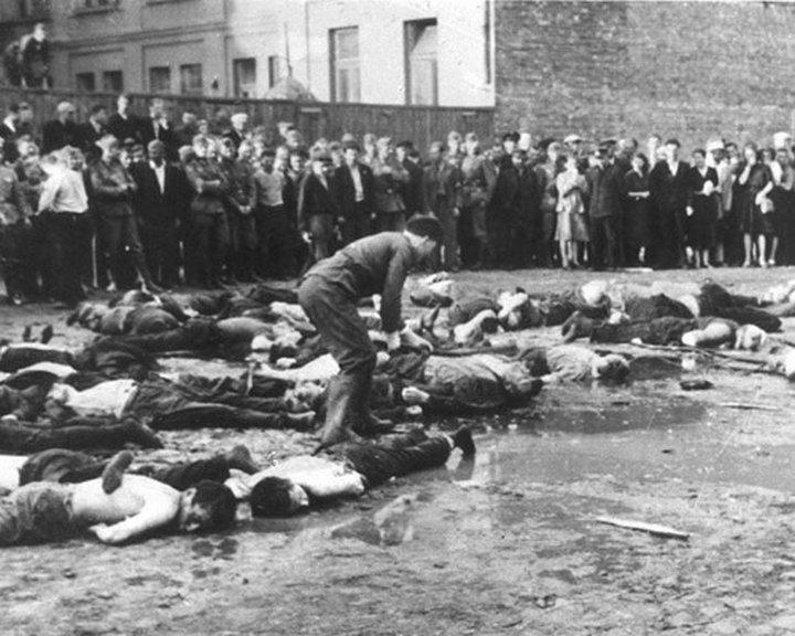 Литовский нацист добивает своих жертв ломом