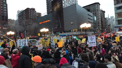 Photo of В Нью-Йорке прошли акции протеста против ракетного удара США по Сирии
