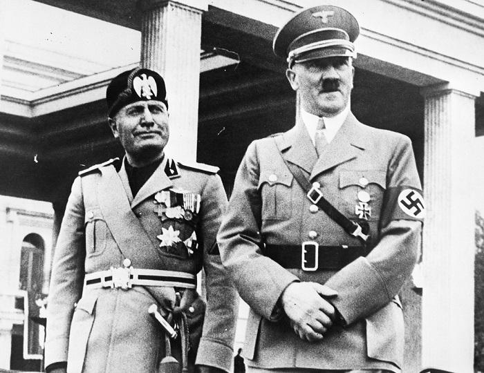 Гитлер и Муссолини на фоне Храма почета, где было перезахоронение путчистов – сакральной жертвы; г. Мюнхен
