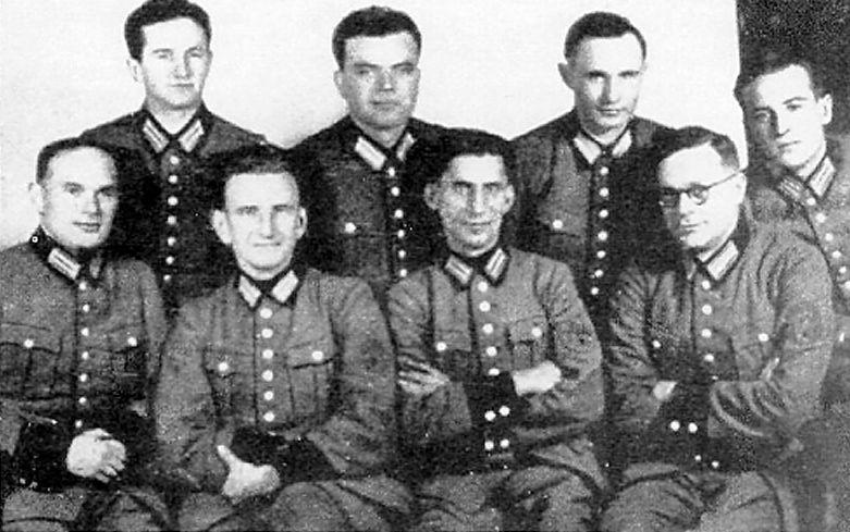 На фото гауптштурмфюрер SS Роман Шухевич в нижнем ряду второй слева.