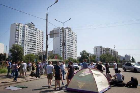 Протестующие против строительства автозаправочной станции в Киеве перекрыли движение и построили баррикады