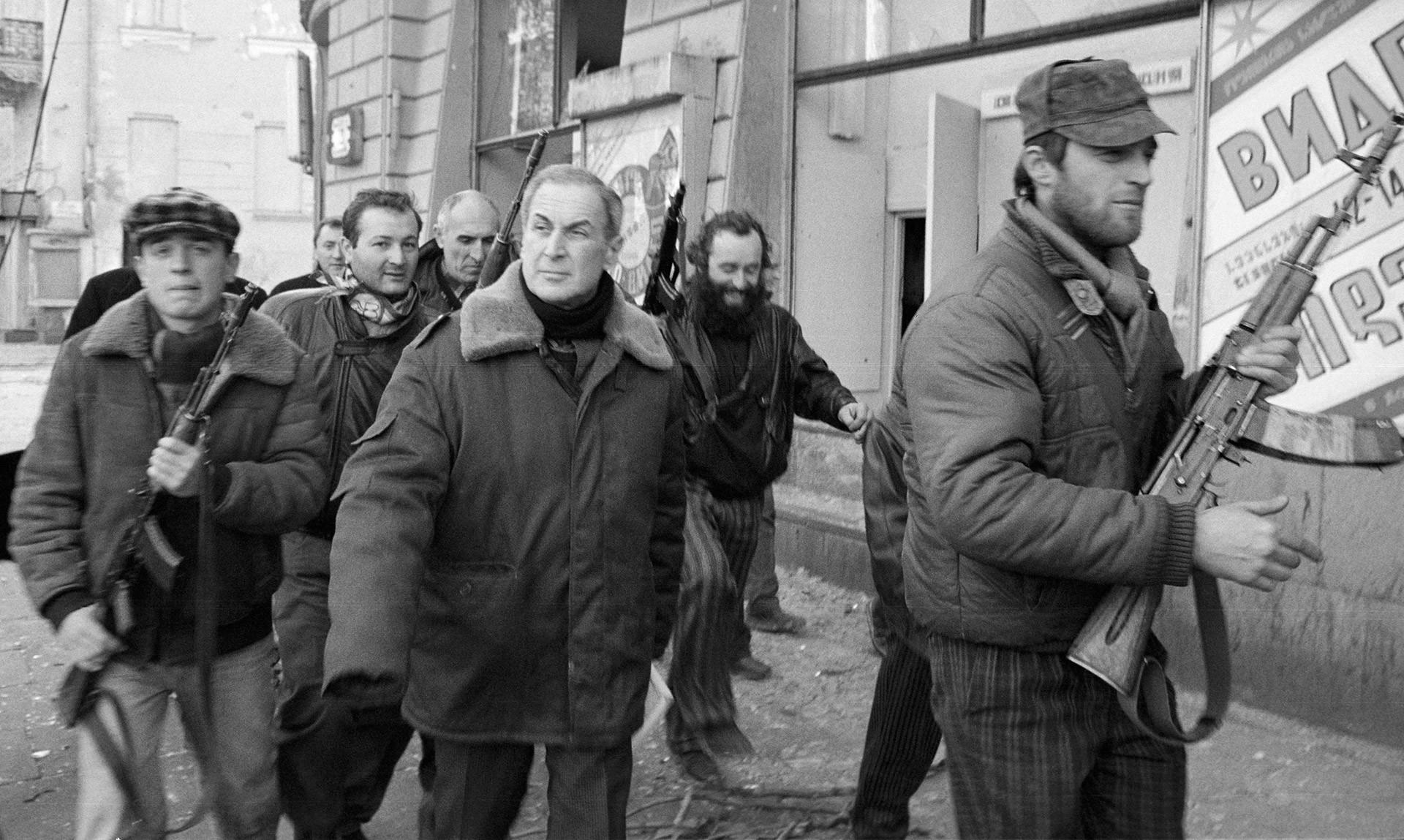 Джаба Иоселиани (в центре) — лидер оппозиции в Грузии