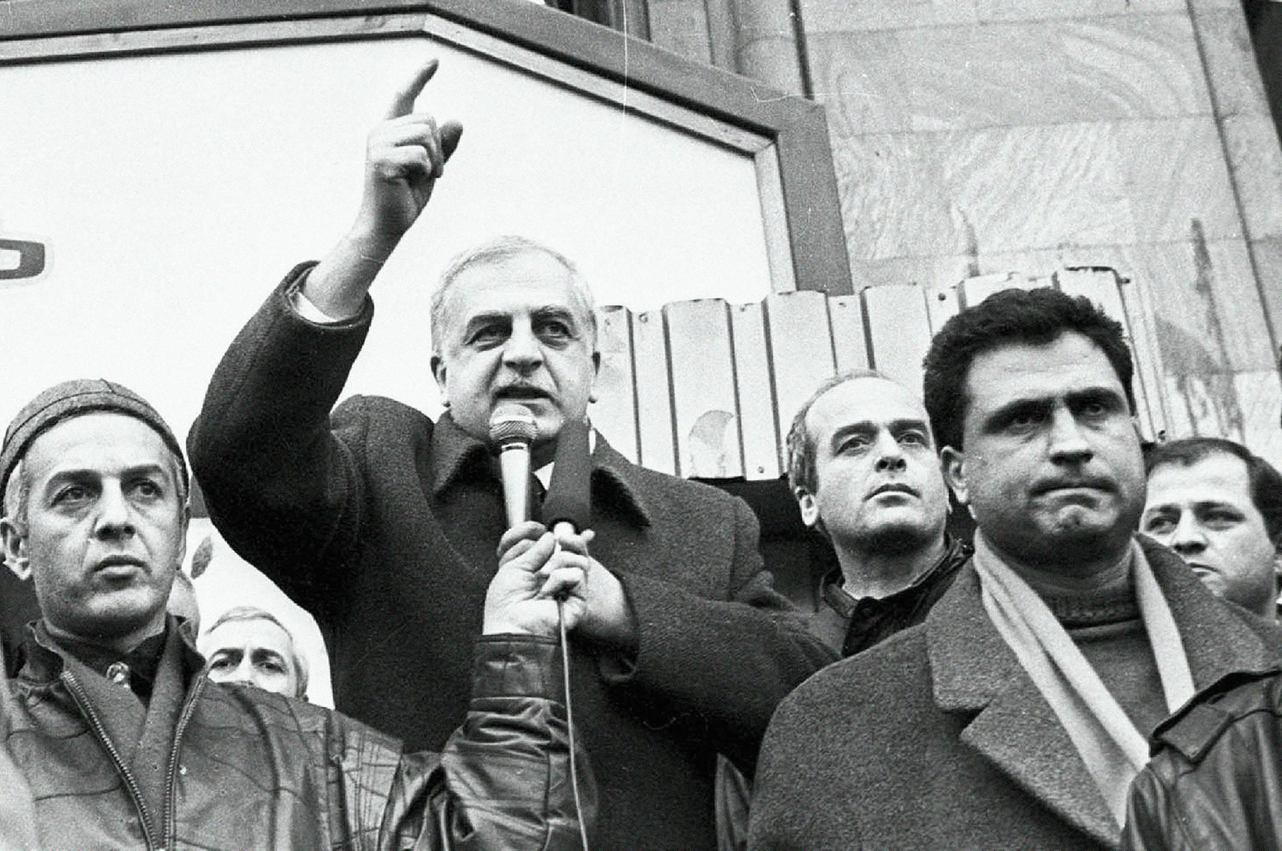 Звиад Гамсахурдия (в центре)
