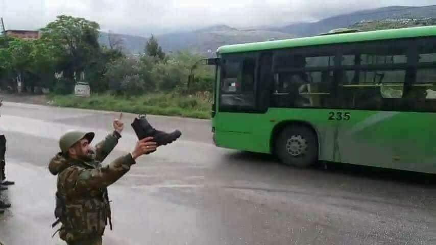 Сирийские солдаты провожают боевиков, покидающий Восточную Гуту