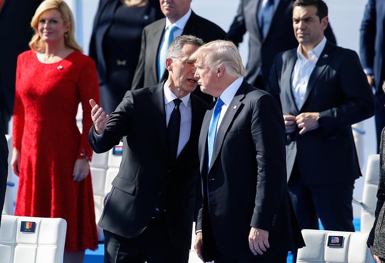 Генсек НАТО Йенс Столтенберг и президент США Дональд Трамп (слева направо на первом плане) на церемонии открытия саммита НАТО в Брюсселе, 25 мая 2017