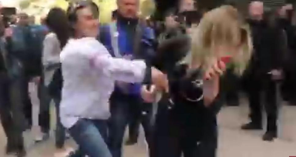 Журналистку NewsOne ударили у здания Генпрокуратуры Украины