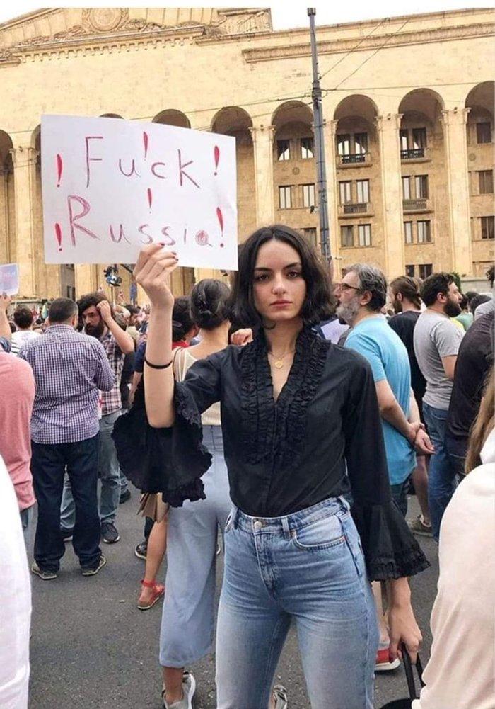 Грузинская барышня требует секса от России?