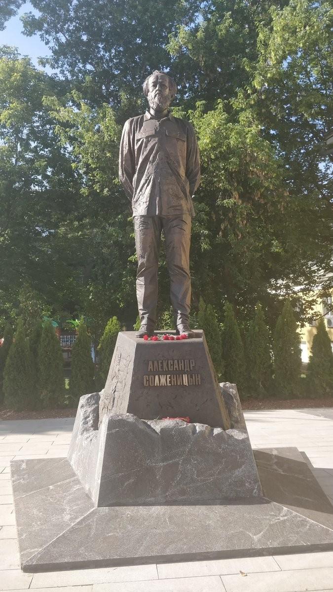 Изящную заботу о памятнике Солженицину обозвали вандализмом