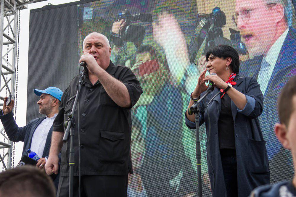 Горячий депутат Квициани, справа – вице-спикер парламента Ирма Инашвили.