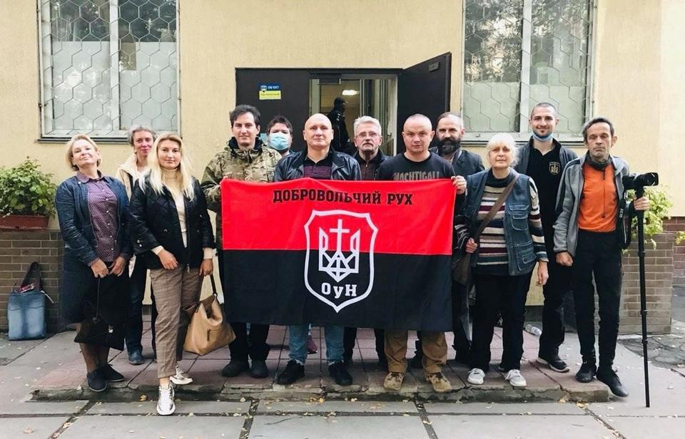 Н.Коханивский – в центре в кожаной куртке, слева от него О.Овчинников, с левого края – Е.Толстая, справа – один из украинских «побратимов» с надписью нацистского подразделения «Nachtigall» на свитшоте