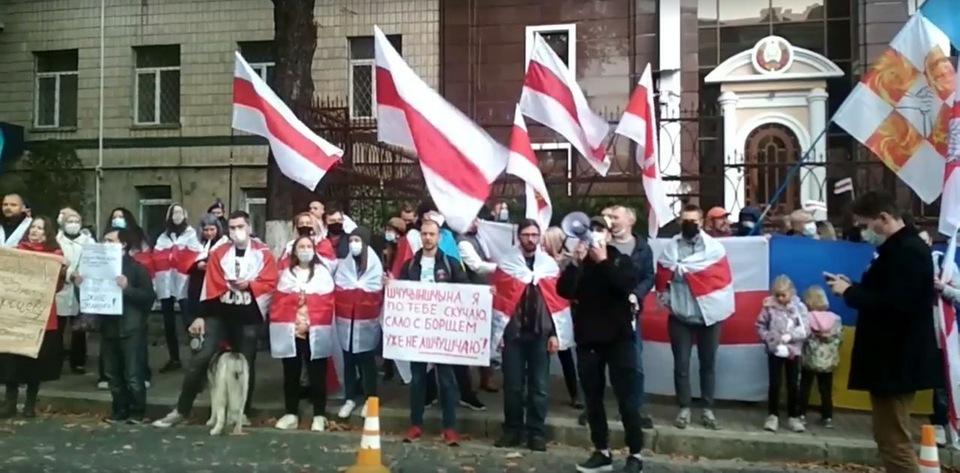 А.Кувшинов в центре с плакатом