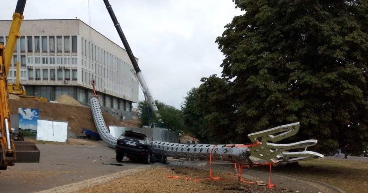 Упавший в Херсоне 70-ти метровый флагшток раздавил авто чиновника, отвечающего за его установку